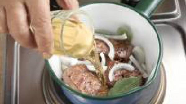 Añade la cebolla, el vino, el laurel sazona al gusto y deja hervir 20 minutos.