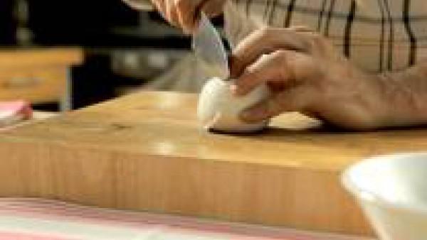 Escurre bien la mozzarella y córtala a rodajas. Lava los tomates y córtalos también a rodajas.