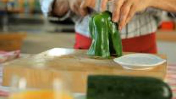 Lava, pela y corta en trozos grandes los pimientos, el calabacín y los ajos tiernos. Lava los champiñones y pela el jengibre. Pica el jengibre lo más fino posible.