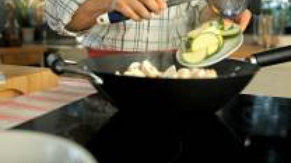 Saltea ahora las verduras, empezando por la cebolleta, luego por el pimiento y después los ajos tiernos, los champiñones y el calabacín. Agrega la cayena y el jengibre y salpimienta.