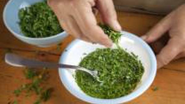 En un bol, mezcla el aceite, el ajo y el perejil. Añade la mezcla a las piezas de pollo.