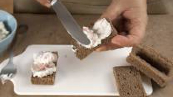 Unta las tostadas, a las que previamente les habrás retirado la corteza, y decora con el cebollino picado, la mitad de una nuez y unabrizna de cebollino entera.