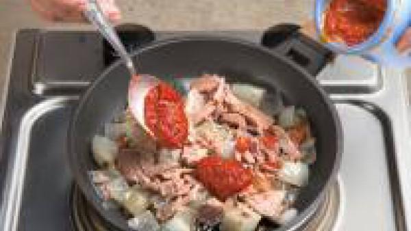 Prepara las láminas de lasaña siguiendo las instrucciones. Corta la cebolla en trozos grandes y póchala en una sartén. Cuando la cebolla esté transparente, añade el atún con su aceite y el Tomate Frit