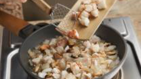 En una sartén, sofríe el resto de la cebolla y añade la carne de los pescados y mariscos. Prepara la bechamel siguiendo las instrucciones del envase y añádele parte del caldo. Mezcla parte de la becha
