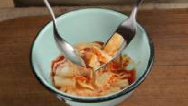 Ponlas en un bol junto con el queso cortado en dados, la mayonesa y el Tomate Frito Gallina Blanca. Mézclalo todo bien.