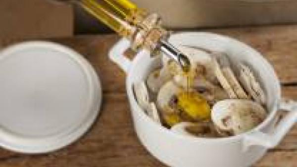 Ponlos en un recipiente apto para microondas. Sazónalos con la sal, la pimienta y ela nuez moscada. Cocina en el microondas durante cinco minutos a máxima potencia.