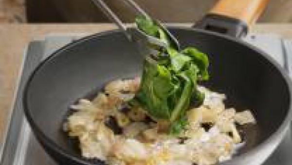 Sofríe la cebolla hasta que esté transparente. Añade el ajo y, cuando empiece a dorarse, añade la acelga, el caldo, el perejil y revuelve hasta que esté todo bien mezclado. Sazona al gusto con sal, pi