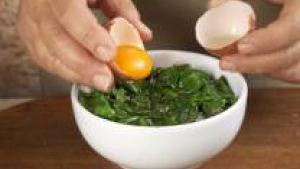 Sirve la preparación en cazuelitas individuales o platos hondos. Dispón un huevo encima de cada unidad y cuece hasta que las clara esté blancas.