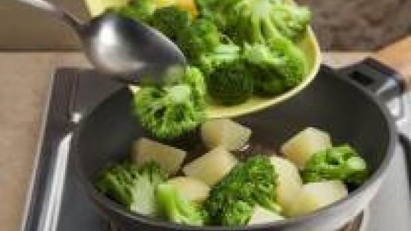 Saltea en una sartén aderezando con sal y pimienta. Sírvelo regado con un hilo de aceite de oliva extra.
