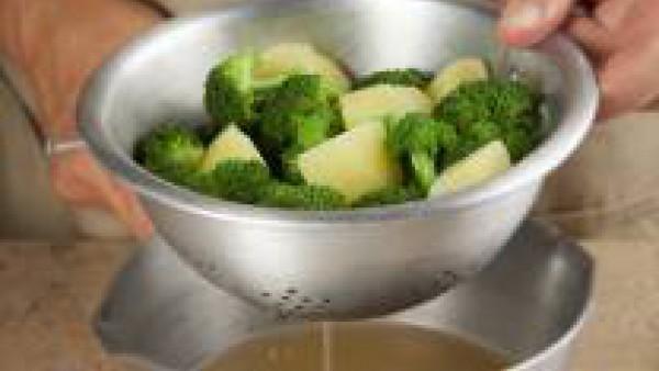 Escurre bien las patatas y el brócoli.