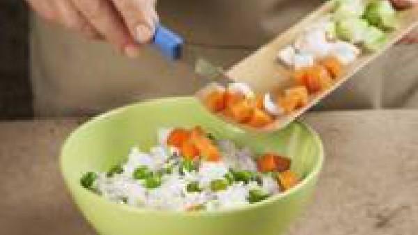 Prepara una vinagreta con la pimienta, la sal, el aceite, el zumo de un limón y la pastilla Avecrem Caldo de Pollo desmenuzada. Mezcla el resto de ingredientes y aliña.