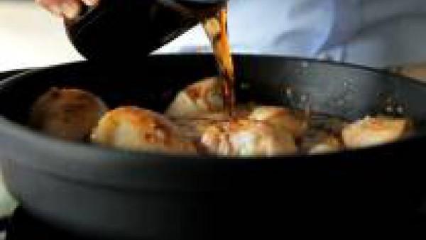 Baja a fuego medio y añade el vaso de agua, el kétchup y la cola, y deja cocer todo durante 30 minutos, moviendo los muslos de vez en cuando para asegurar una cocción uniforme. En los últimos 5 minuto