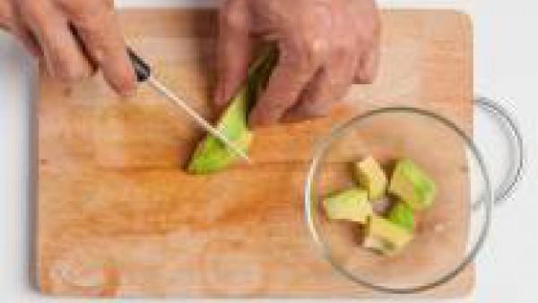 Cortar el aguacate en trozos grandes y colocarlo en un recipiente; para que no ennegrezca rociar con un poco de zumo de limón.