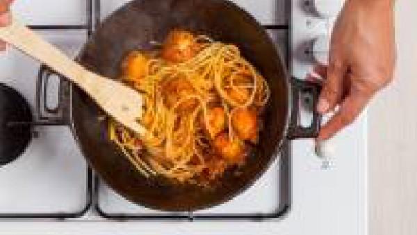 Haz las albóndigas y fríelas en aceite caliente. En una sartén calienta el tomate triturado con una pastilla de Avecrem Dúo Salsa de Tomate desmenuzada con el aceite de oliva virgen extra y, a continu