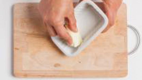 Engrasar un molde para hornear y poner en la base las galletas trituradas.