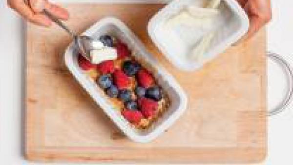 Añadir los frutos rojos lavados y cubrir con unos copos de mantequilla.  En un recipiente aparte, preparar el crumble con la harina, el azúcar y la mantequilla a temperatura ambiente: trabajar la masa