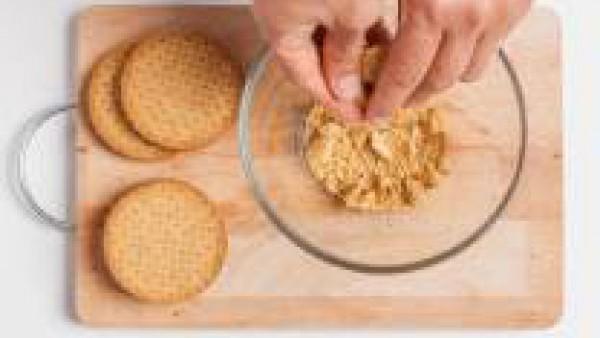 Rompe las galletas en trozos pequeños que usaremos para la base del pastel.