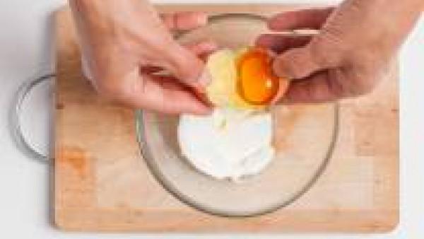 Mezcla el queso con la clara de huevo, añade el azúcar y la yema de huevo. Remueve bien todos los ingredientes.