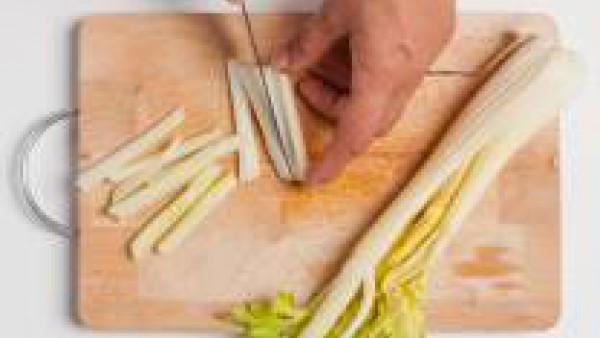 Lavar y limpiar las verduras. Cortar en tiras el apio y pelar y cortar en tiras finas las zanahorias.