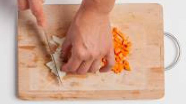 Limpiar todos los mariscos: aclarar con agua, quitar la barba y el residuo de tierra de las conchas de los mejillones,