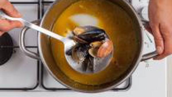 En una paella, sofreír el ajo en un poco de aceite de oliva virgen extra; añadir el la sepia, el marisco y el Caldo para Paella Fácil 100% Natural. Dejar cocer durante aproximadamente 10 min. Más tard