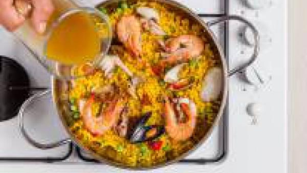 Dejar cocer durante aproximadamente 10 min. Más tarde, añadir el arroz y los guisantes. Completar la cocción del arroz durante 15 minutos aproximadamente y dejar reposar 5 minutos.