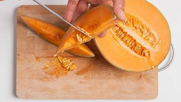 Quitar la piel y las semillas del melón, cortar en trozos.