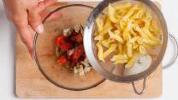 En un bol vierte un bote de Tomate Frito de Gallina Blanca, pon los tomates frescos, la albahaca picada, el queso mozzarella bien escurrido, y añade el aceite de oliva virgen extra. Incorpora la pasta