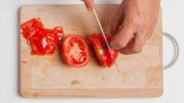Mientras tanto, corta en dados un tomate maduro y pelado.  Corta la mozzarella y escúrrela para eliminar el exceso de agua. Picar la albahaca.