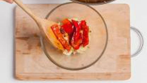 Añade los pimientos y saltéalos con el sofrito. Mezclarlo todo bien.  Engrasa los moldes para el horno con aceite y cubre con el pan rallado. Vierte la mezcla en los moldes individuales, cuidando de n