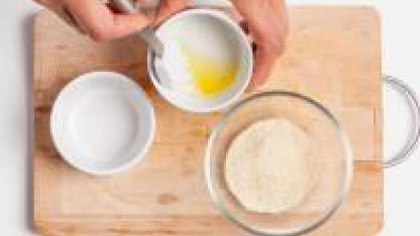 En un bol, batir los huevos con un poco de sal y pimienta, añadir el pan rallado