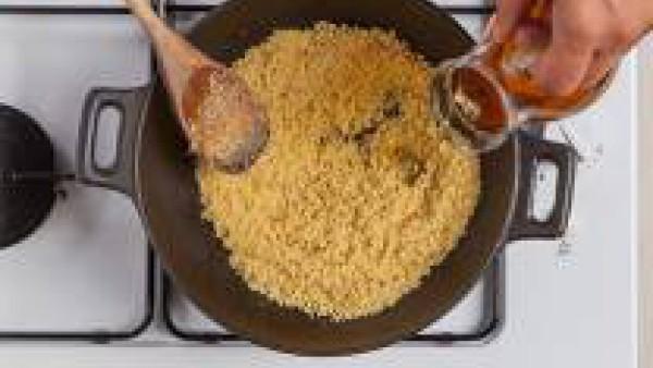 Añade el Caldo Casero de Verduras 100% Natural en esta proporción: 1 parte de cuscús con 1,5 volumen de caldo.   Retira del fuego, tapa la olla y deja reposar el cuscús por lo menos durante 5 minutos.