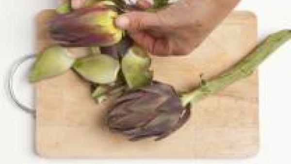 Limpia las alcachofas quitando las hojas exteriores y resistentes.