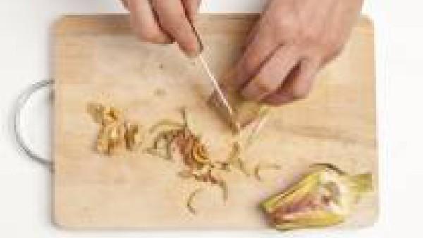Corta las alcachofas por la mitad y en rodajas muy finas. Cortar las cebolla muy fina, rehógala en aceite de oliva virgen extra, añade las alcachofas, tápalas y cocina durante 10 minutos.  Por otro la