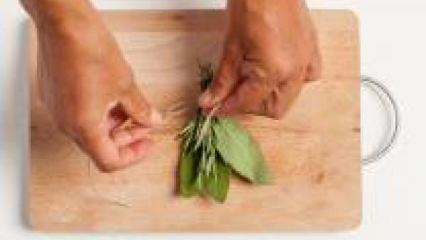 Preparar un ramo de hierbas - salvia, hojas de laurel, romero fresco - atar con un hilo de cocina.