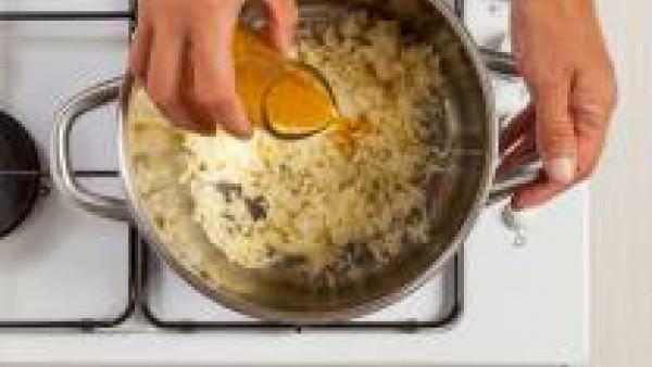 Vierte el Caldo Casero de Carne 100% Natural y deja cocer durante al menos 40 min.  Mientras tanto, pela las patatas y machácalas para hacer un puré. En un recipiente, pon el puré de patatas con el ca