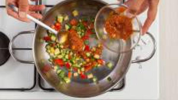 Añade a las verduras el contenido de un bote de Sofrito de Tomate y Verduras Gallina Blanca.