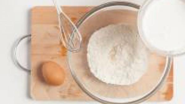 En un bol, tamiza la harina con la levadura y la sal, agrega la leche, los huevos batidos y el azafrán. Mézclalo con una batidora para evitar grumos. Añade las verduras y el queso de oveja rallado. Sa