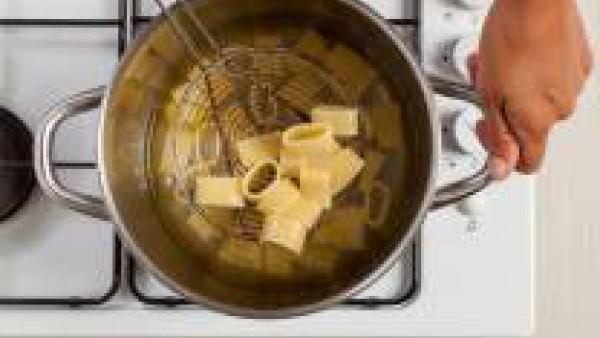 Cocina la pasta en abundante agua y una pastilla de Avecrem Caldo de Pollo durante el tiempo indicado en el envase. Escúrrela cuando esté al dente y saltéala con la salsa de moluscos Sirve con un poco