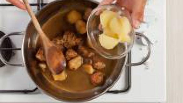 Continúa la cocción durante 20 minutos. Añade las patatas y cocina a fuego lento durante al menos otros 20 minutos. Sirve el guiso de jabalí caliente.