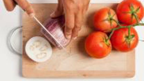 Corta las verduras en rodajas no muy finas y deja las berenjenas cortadas a reposar espolvoreadas con sal gruesa durante al menos 30 min. Así perderán el agua amarga.