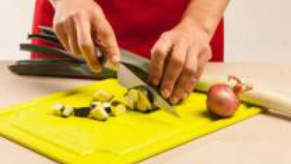Lava y limpia las verduras, elimina las hojas exteriores de los puerros y corta finamente.