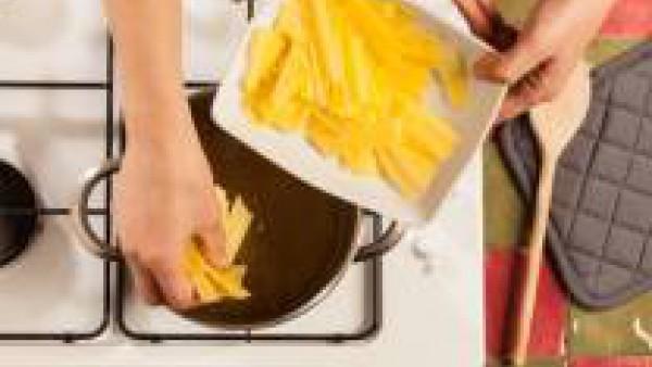 Enrolla una a una las hojas de lasaña y con un cuchillo afilado cortar en tiras de un espesor de 2 o 3 cm. Cocínalas como especifica en el envase y agrégalas al caldo hirviendo. Sirve con un poco de q