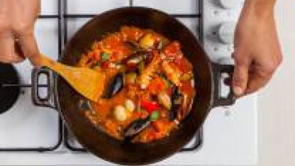 Cuece las verduras durante 10 minutos con el fuego fuerte y con 3 cucharadas de Tomate Frito Gallina Blanca, las almejas y los mejillones. Tapa y continúa la cocción durante otros 10 minutos. De esta
