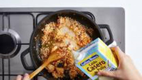 Rehoga dos minutos el arroz con el resto de ingredientes y añade el caldo hirviendo. Cuece 18 minutos a fuego medio removiendo de vez en cuando. Deja reposar dos minutos más y sirve.