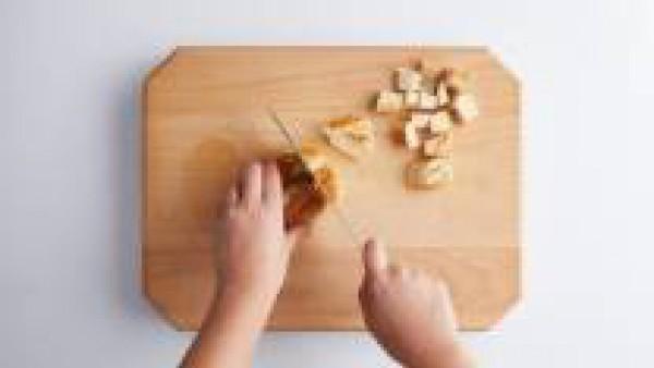 Pela y pica finamente la cebolla y el ajo. En una cazuela baja, añade un poco de aceite de oliva y agrega la cebolla junto con el ajo y la hoja de laurel. Salpimenta ligeramente y rehoga a fuego bajo