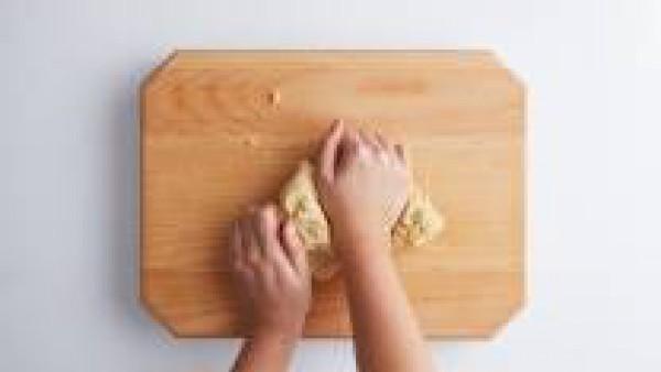 En un bol, mezcla la harina, la manteca de cerdo, el aceite de oliva y el Caldo Casero de Carne 100% Natural. A continuación, amasa hasta obtener una mezcla homogénea. Cubre la masa con papel film y p