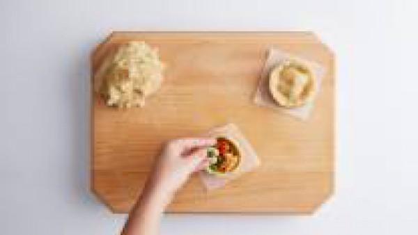 Rellena las empanadas con unos trozos de cordero, una cucharada pequeña de sobrasada y unos cuantos guisantes. Con un rodillo, estira un trozo de masa con un grueso de unos 4mm. Tapa la tartaleta y re