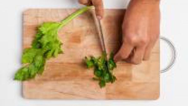 Remoja los garbanzos durante al menos 6/8 horas en agua fría. Lava y limpia el apio y el perejil, y pícalos finamente. Exprime el zumo de un limón y reserva. Escurre los garbanzos, enjuágalos y ponlos