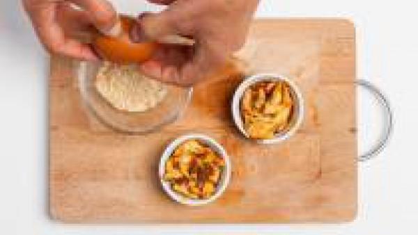 En un tazón pequeño, vierte el pan rallado y, a continuación, añade 1 huevo, una pizca de sal y pimienta y mezcla bien. Cubre la cocotte de pollo con la mezcla así obtenida y hornea durante 15 minutos